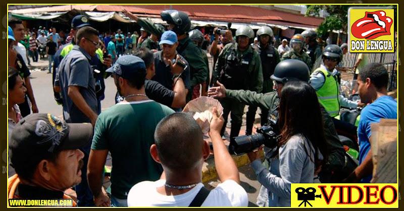 Guardias venezolanos decomisan alimentos a personas que cruzan desde Cúcuta
