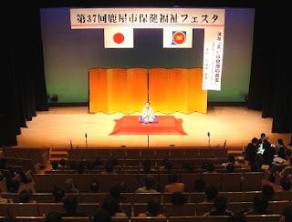講師・三遊亭楽春のメンタルヘルス&コミュニケーション講演会風景。