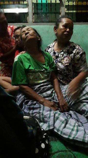 Salah seorang korban kebakaran di Aek Ledong Asahan pingsan dan ditenangkan warga.