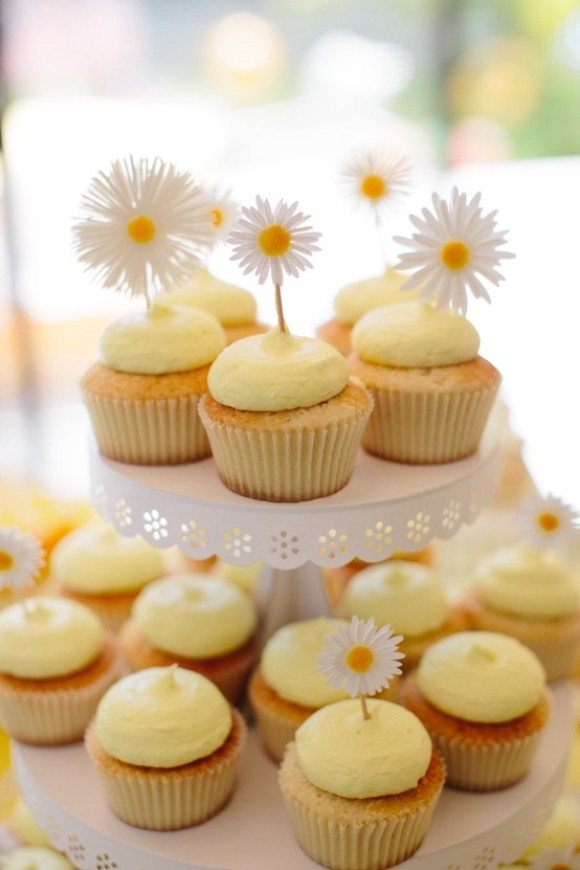Giveaway | DIY Daisy Cupcake Stand Kit from Darcy Miller