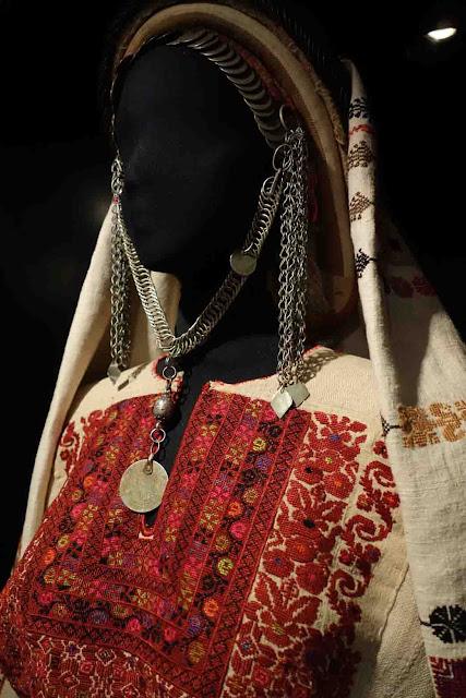 Robe palestinienne brodée de motifs transmis de mère en fille