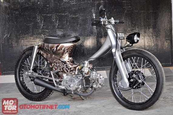 Foto Modifikasi Honda Legenda berkonsep Choopy Cub Bali Kulture dengan karakteristik tatto art juga ditonjolkan setang dibikin terondol sepatbor belakang bawaan motor dilepas dan dibiarkan terondol. Lalu urusan jok, dibikin jadi model single seater