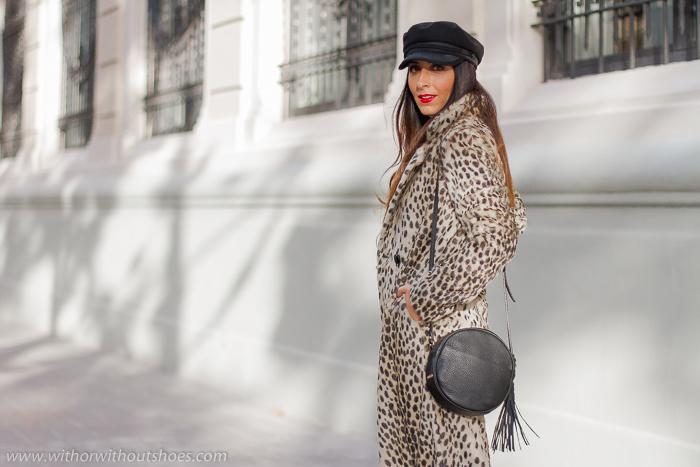 Streetstyle look como combinar abrigo estampado animal print Revolve con jeans gorra y maquillaje labios rojos