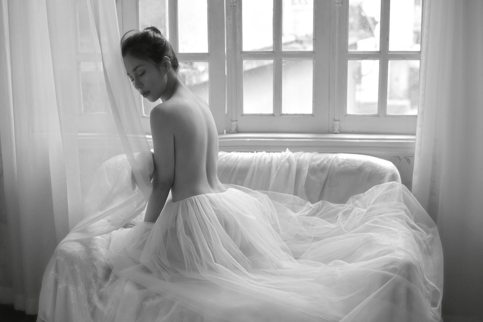 Model Phương Anh nude bên cửa sổ