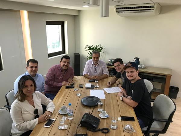 c305d99518b A dupla André Felipe durante assinatura de contrato com a presença de  Sérgio Affonso (presidente Warner Music Brasil)