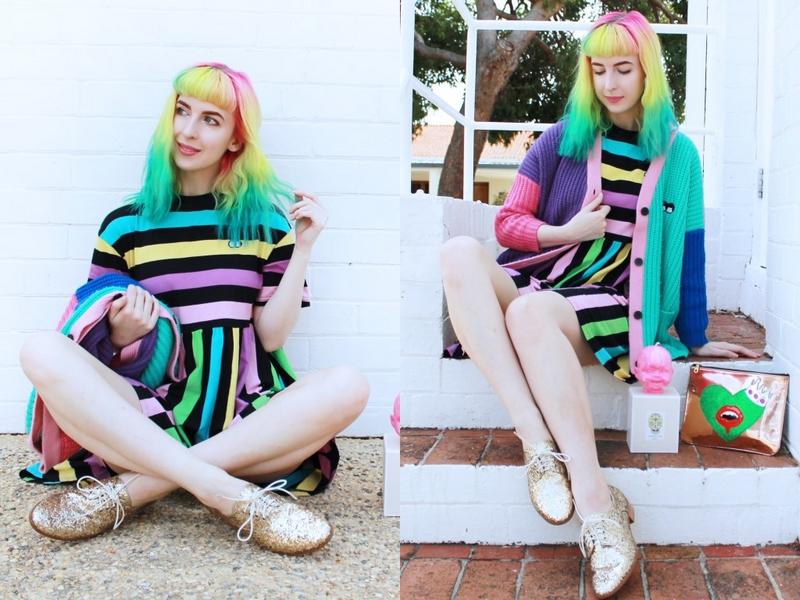 Kate dans un ensemble multicolore assorti à ses cheveux