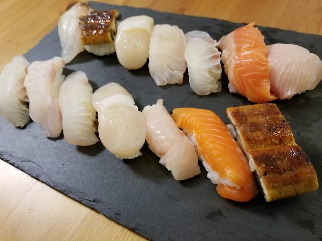 自分で握った寿司をプレートに乗せた画像