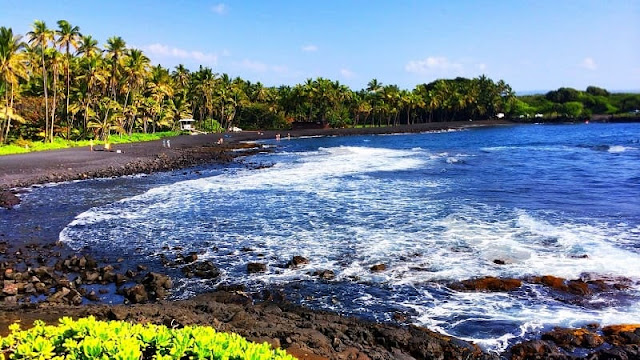 Pantai pasir hitam Punalu'u Beach di Pulau Hawaii
