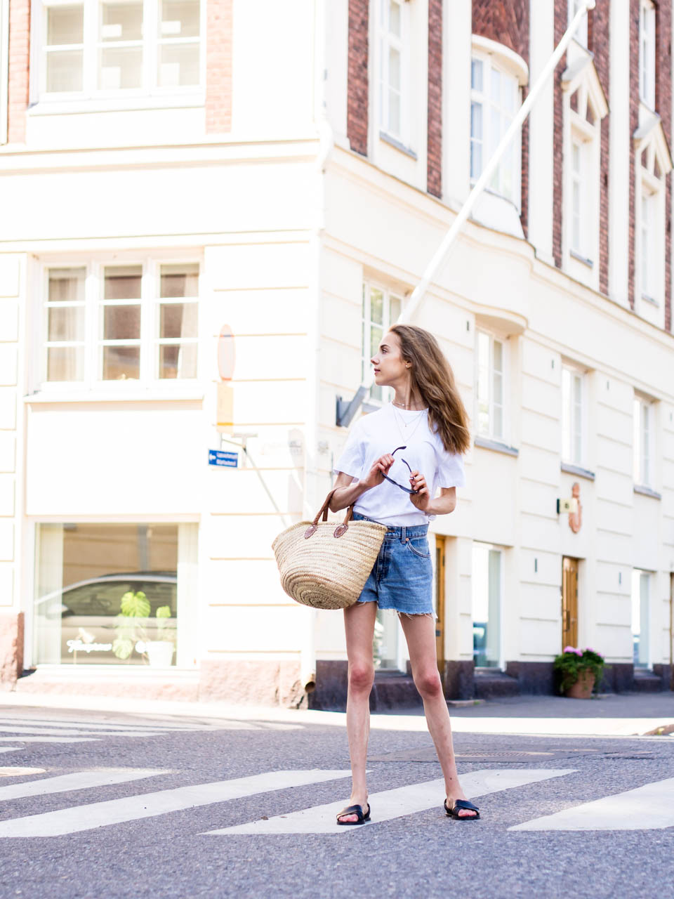 summer-outfit-fashion-blogger-white-tshirt-vintage-levis-denim-shorts