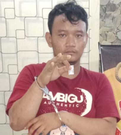 Putra tersangka pengedar narkoba di Pulau Rakyat Asahan saat di kantor polisi.