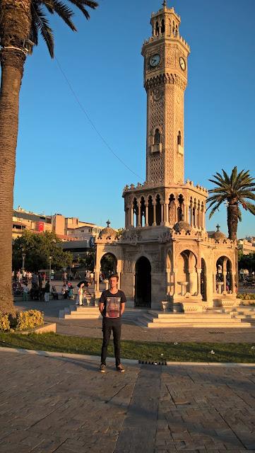 Harun İstenci İzmir Konak'ta Saat Kulesi önünde.