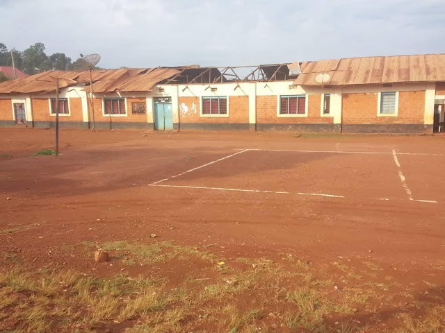 Taswira  Mvua ilivyoezua paa la bati la Jumba la Vijana mjini Kibondo.