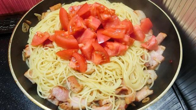 最後にトマトを加えて炒め合わせ、最後にブラックペッパーを振るう