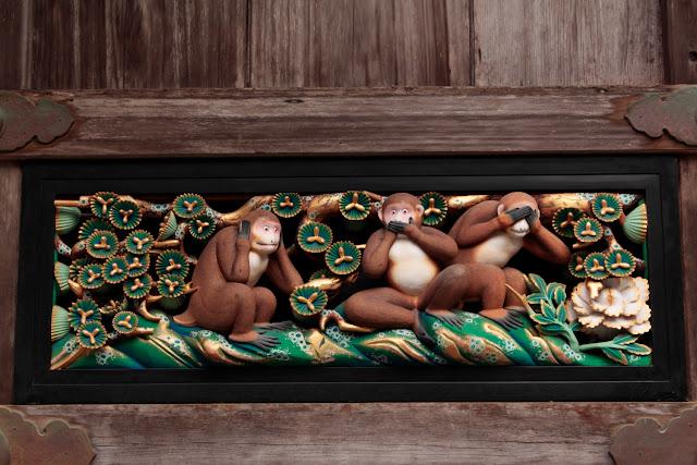 Los tres monos sabios en el santuario Toshogu en Nikko