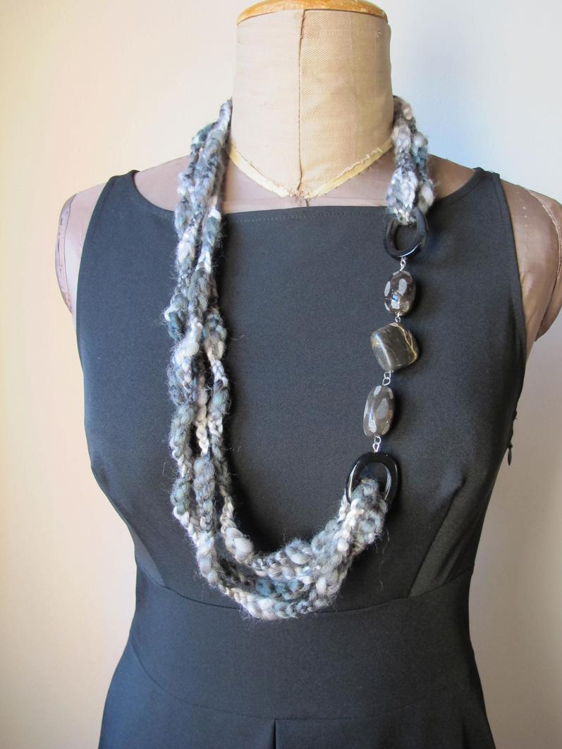 Farfallae design collana di lana intrecciata con pietre for Orecchini con pietre dure fai da te