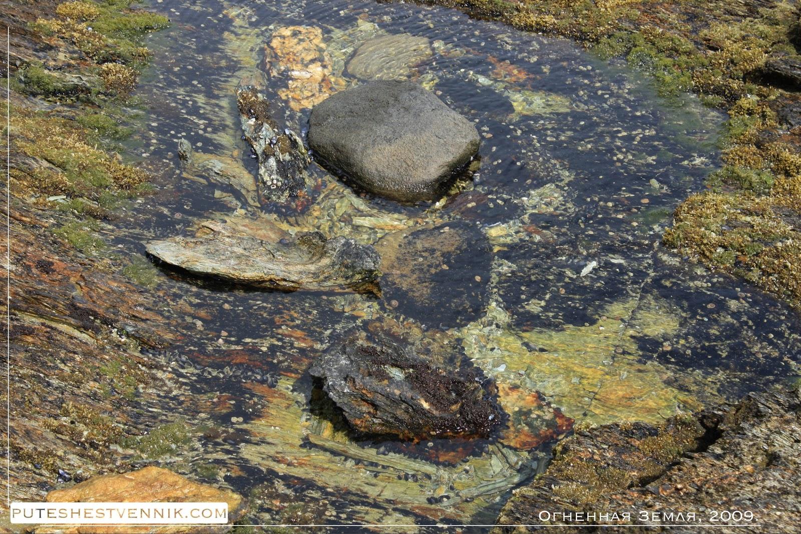 Скала, камни и морская вода