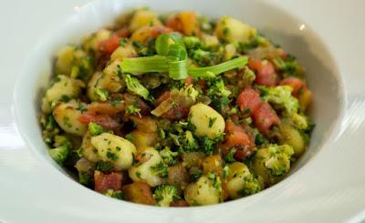 Nhoque de Batata-Doce com Brócolis e Tomate (vegana)
