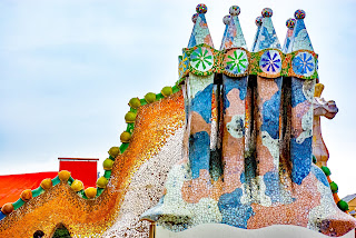Art Nouveau by Antonio Gaudí - Barcelona - Casa Battlo - mosaic battlements
