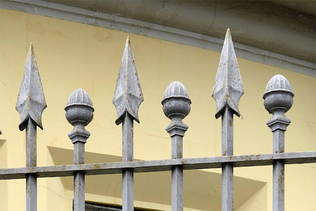 Cast iron spearhead fence, via Gramsci, Livorno