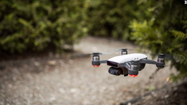 Spark, drone baru dan terkecil dari DJI yang diresmikan di sebuah acara di New York City pada Rabu lalu. Seukuran telapak tangan, Spark menjadi drone terkecil dengan berat kurang dari berat sekaleng soda.