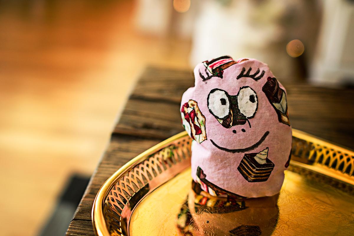 En Barbapapa sydd av rosa tyg med tårtor på.