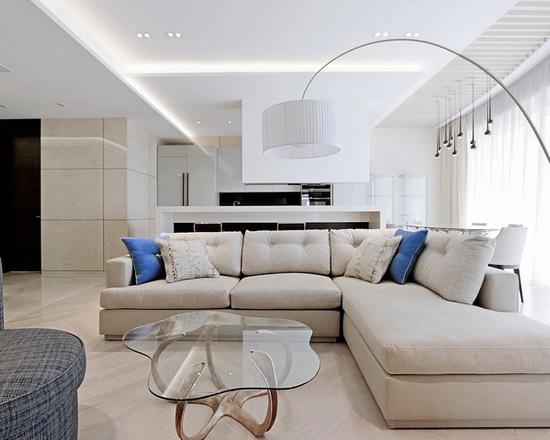гостиная комната с большим диваном