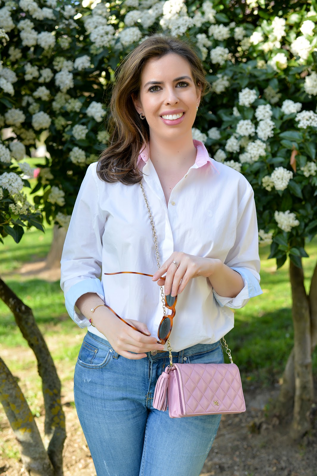 spring outfit fashion blogger pink blue white shirt distressed jeans cross body clutch