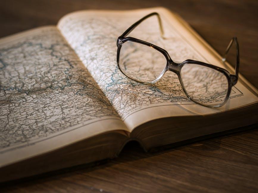Resultado de imagen para glasses on book