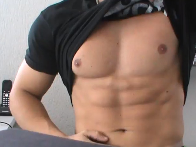 Filipe Marins levanta a camisa e mostra sua definição muscular em fase de cutting. Foto: You Tube/Reprodução
