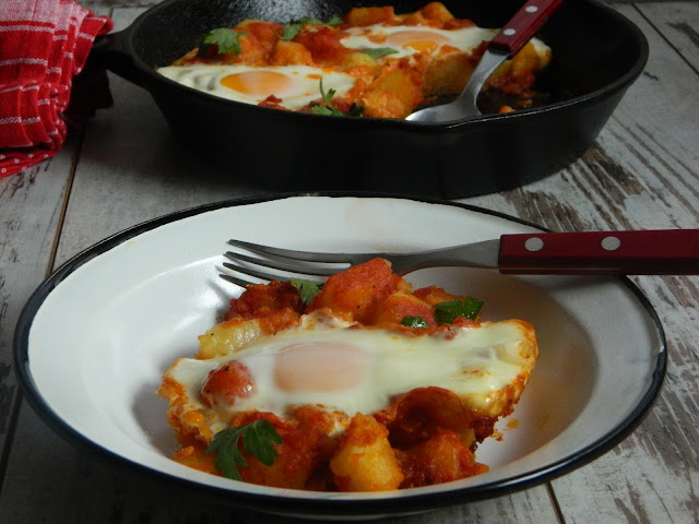 Cartofi in sos picant de rosii cu oua
