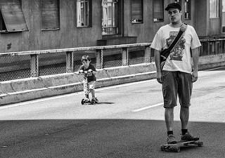 Hombre joven en monopatín. Niño en patinete.