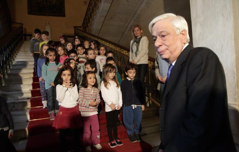 Πρ. Παυλόπουλος προς προσφυγόπουλα: «Θα μείνετε εδώ όσο χρειασθεί