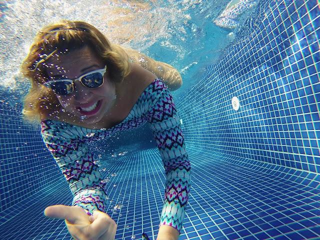 Ainda tiro uma foto subaquática descente hahaha - na pisicna do BW Plus Oásis Cabo Frio