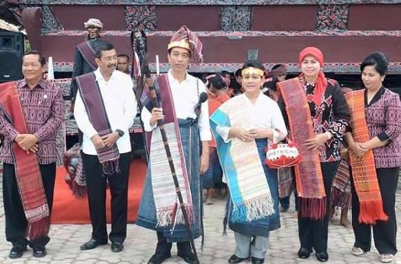 Jokowi dan ibu negara Bangga MANORTOR dan berpakaian Adat Batak