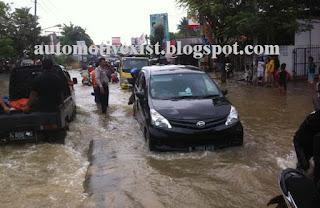 Didaerah perkotaan memang seringkali menjadi langganan banjir ketika musim penghujan tiba Mobil menerjang Banjir Pastikan Mengecek Bagian Transmisi mobil