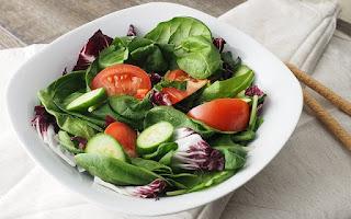 Ensalada, tomate y rábanos.
