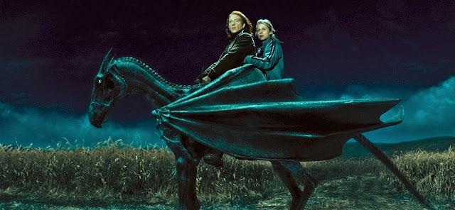 Бил и Фльор яздят хипогриф в Хари Потър и даровете на смъртта