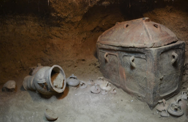 Intact late Minoan tomb found in Crete