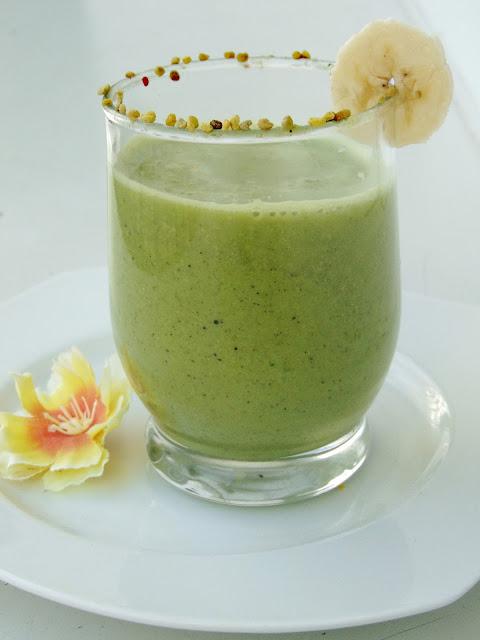 Zielony koktajl z pyłkiem pszczelim i sezamem
