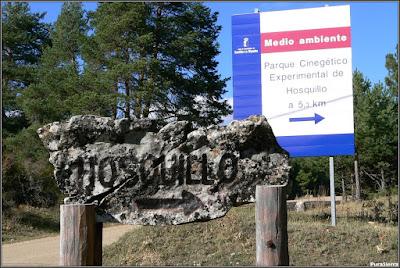 Indicación de la entrada por carretera al Parque Cinegético Experimental De El Hosquillo