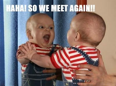 foto gambar bayi lucu melihat kembarannya di cermin