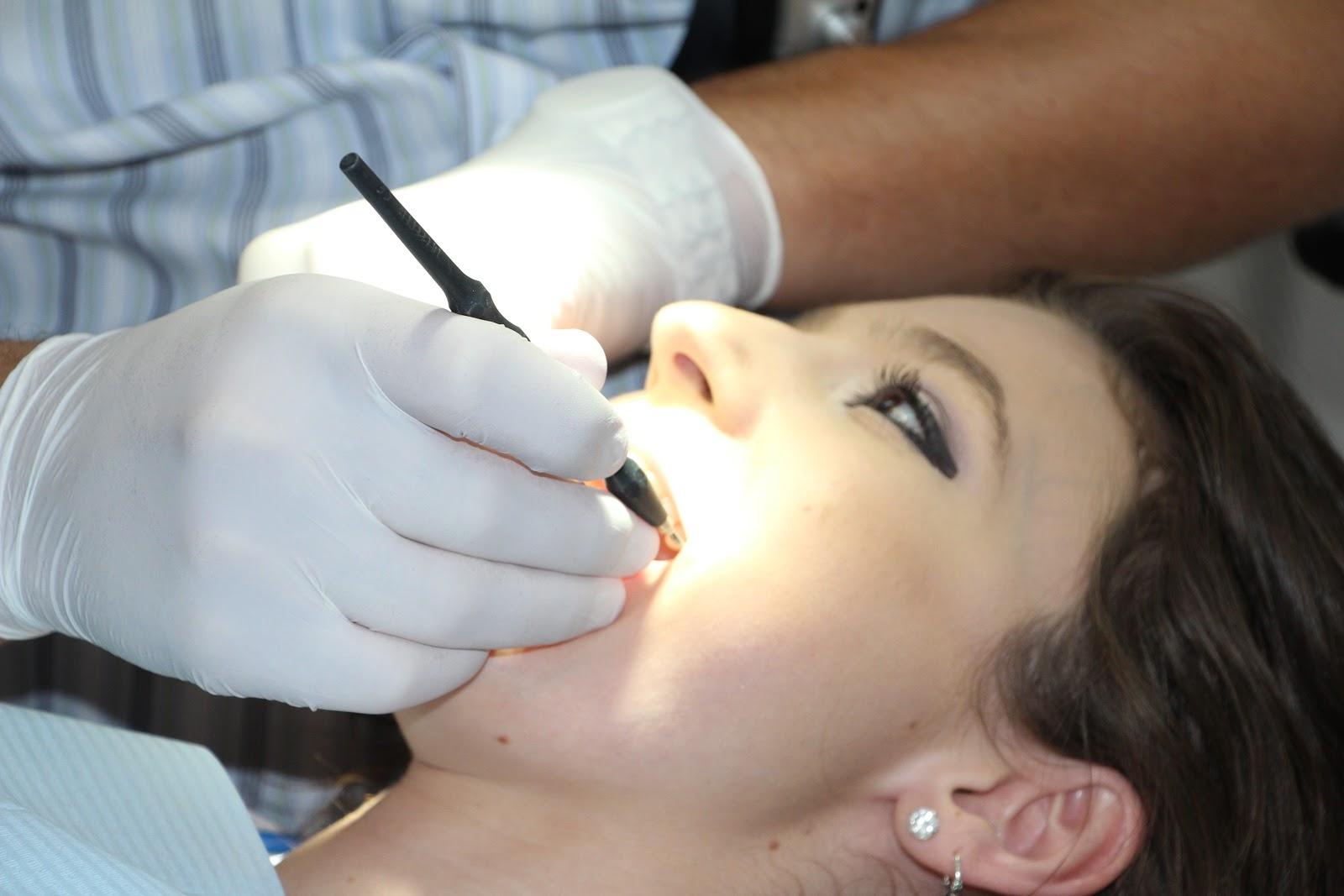 歯の治療を受ける人
