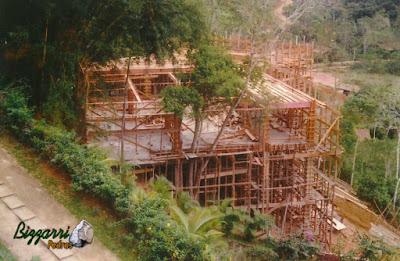 Construção de casa em Ubatuba-SP com a construção da piscina em cima de pilares de concreto em terreno muito ingrime em uma costeira de frente para o mar. Construção das caixarias de madeira dos pilares de concreto e das vigas de sustentação para a construção da casa com piscina.