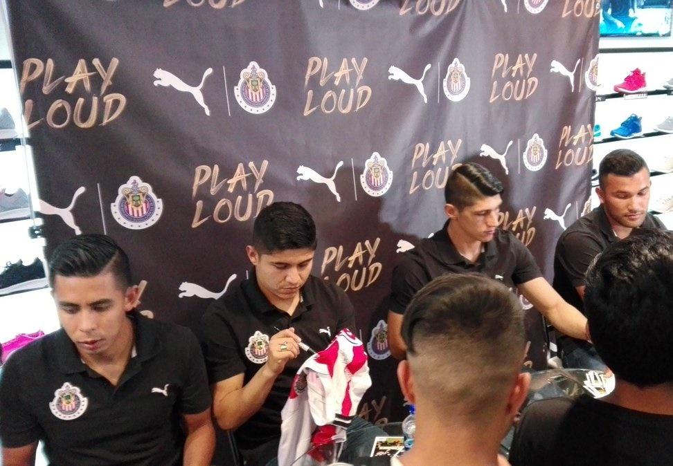 Cerca de unos 400 aficionados del Club Guadalajara se dieron cita en la tienda.