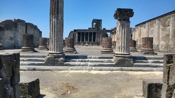 reruntuhan bangunan kuno di kota Pompeii