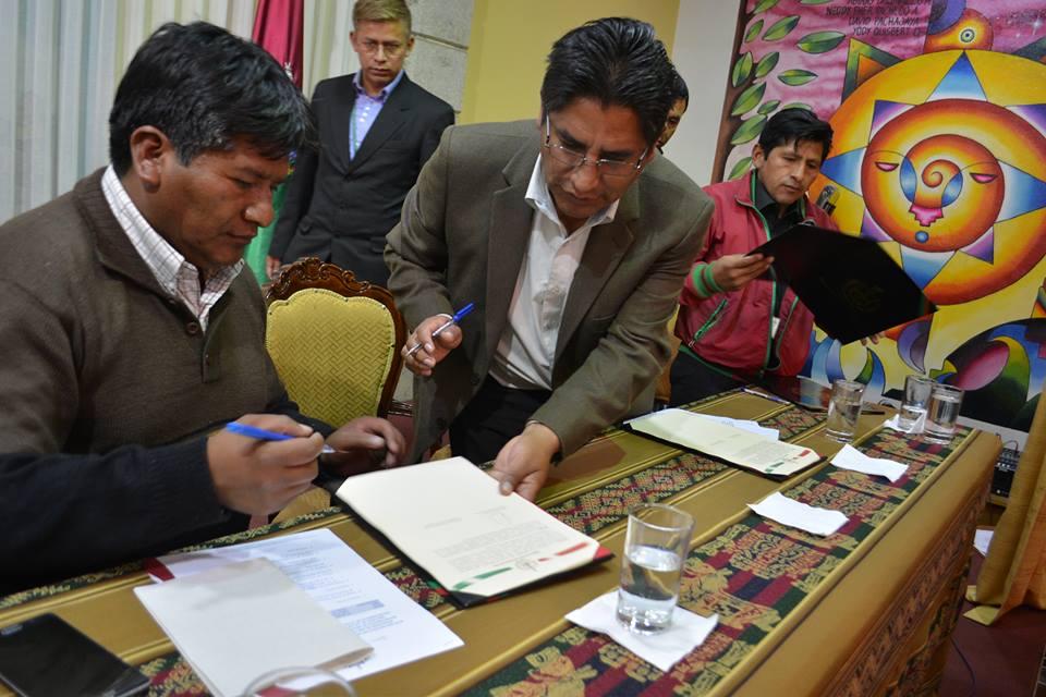 La firma del convenio entre Víctor Hugo Vásquez y Félix Patzi sobre 130 km interdepartamentales