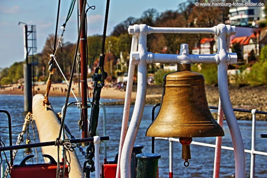 Schiffsglocke auf der Elbe 3 mit Sicht auf den Elbstrand