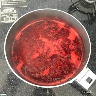 ジャム作り|煮つめたラズベリーからアクを取る