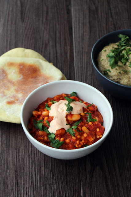 Schmortopf mit weißen Bohnen und Paprikajoghurt, dazu Pita und Baba Ganoush