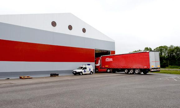 Tenda Gudang memiliki ketinggian yang memungkinkan kontainer bisa masuk